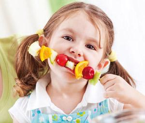 nino-comiendo-fruta